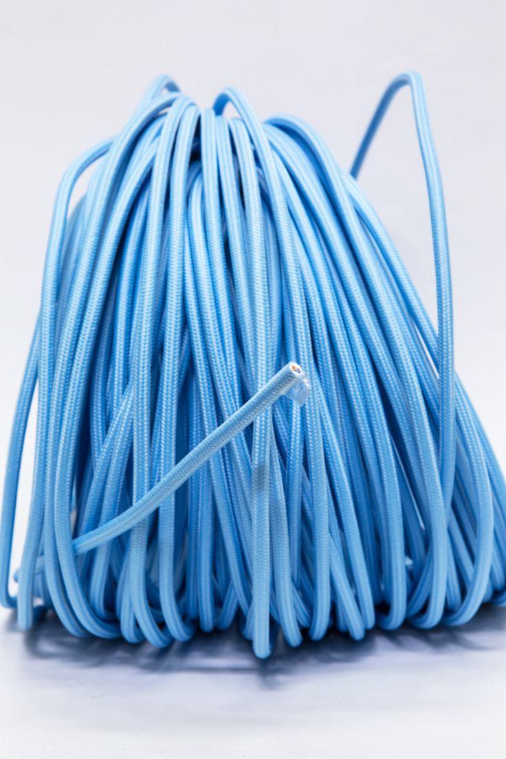 € 3,95 p/m - Fris licht blauw elektriciteitsdraad, ook vaak strijkijzer genoemd. Wil je meerdere meters, pas dan in het winkelwagentje het aantal aan. Het draad is 2-aderig (2x 0.75), met een stoffen omhulsel.