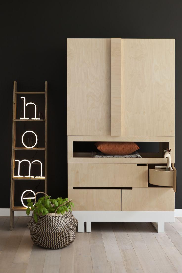 mobilier-ecologique-et-creatif-enfant-design-minimaliste-mur-peinture-ardoise-armoire-bois-lettres-lumineuses