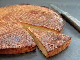Le gâteau breton est une pâtisserie typique de la Bretagne. Autrefois, il était réservé pour les évènements comme les mariages, les fêtes de village .... C'est un grand classique de la gastronomie bretonne !  A préparer la veille de la dégustation.