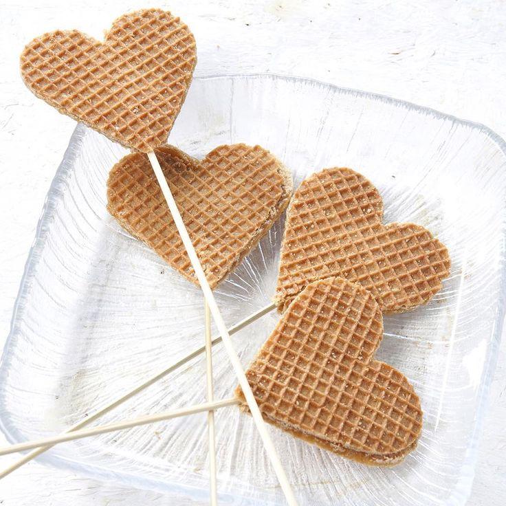 Dol op stroopwafels? Dan zijn deze hartjeslollies erg leuk om te trakteren. Hoe je ze maakt lees je in #flair27 en op onze site Flairathome.nl (link in bio). #trakterenmetflair #flairnl