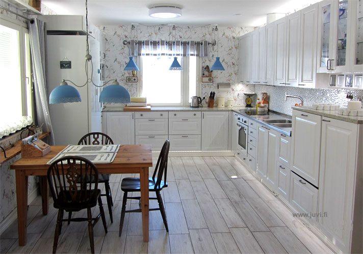 JUVIn täyspuinen keittiö valkoisena. Keittiösuunnitelma JT-Collection ja muutostyöt asukkaan itse tekemät.