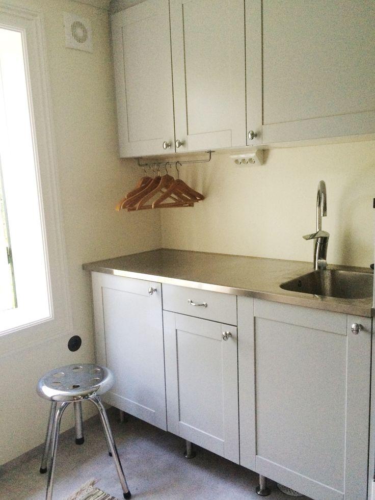 Vår tvättstuga: måttbeställd diskbänk. I lådan under den är det en utdragbar strykbräda. Till höger om diskbänken har vi upphöjd tvättmaskin/torktumlare.