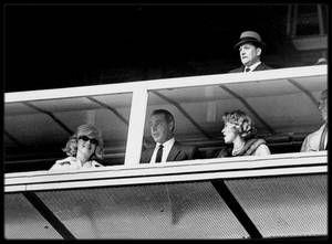 """1961 / Photos Lee LOCKWOOD, Marilyn et son ex-mari Joe DiMAGGIO assistent à un match de base-ball au Yankee Stadium de New York, opposant l'équipe des """"New York Yankees"""" contre les """"Minnesota Twins""""."""