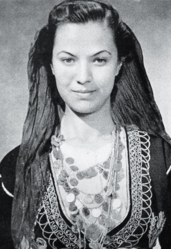 """Η επιλεγόμενη """"Μόνα Λίζα της Κρήτης""""… Φωτογραφία 1939, Nelly's (Έλλη Σουγιουλτζόγλου-Σεραϊδάρη), από την συλλογή του Ιστορικού Αρχείου Κρήτης!"""