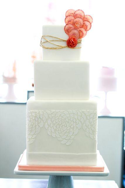 pasteles de boda modernos en blanco y coral