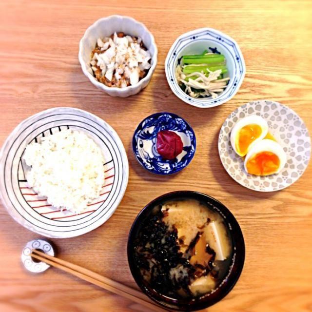 ・新タマネギの納豆和え ・小松菜とエノキのお浸し ・半熟卵 ・豆腐と岩海苔の味噌汁 ・御飯 ・梅干 - 66件のもぐもぐ - 新タマ納豆と半熟卵の朝御飯 by cmry