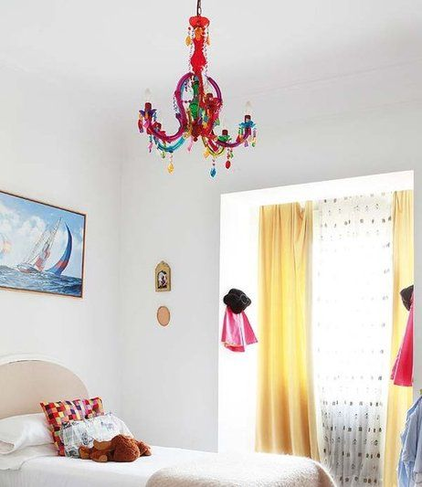 Habitación con lámpara de araña de plástico