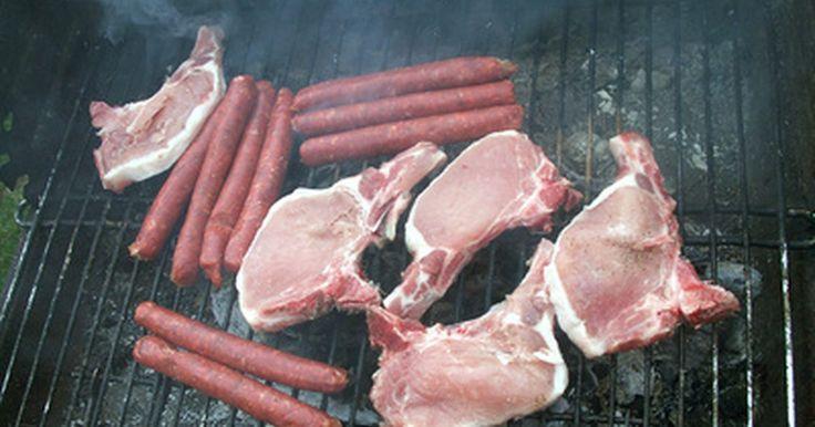 Como defumar carne numa churrasqueira a gás. Existem diversas maneiras de defumar sua carne utilizando um tanque de propano. A maioria delas envolve trabalhos que necessitam de soldagem ou perfuração. Entretanto, você pode obter os mesmos resultados com um procedimento muito mais simples, utilizando uma caixa de defumação. Ela vai funcionar muito bem como fonte de calor para defumação
