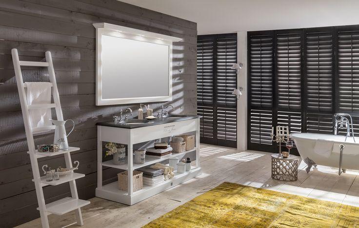 Deze prachtige badkamer is voorzien van een open meubel en vlakke spiegel met koof. Het meubel is in 43 verschillende kleuren te bestellen, met of zonder logo. In deze badkamer vindt u ook een bad op pootjes. Het gietijzeren bad is overschilderbaar. Het geeft u dus de keuze om de badkamer de kleuren te geven zoals dat wenst te doen.