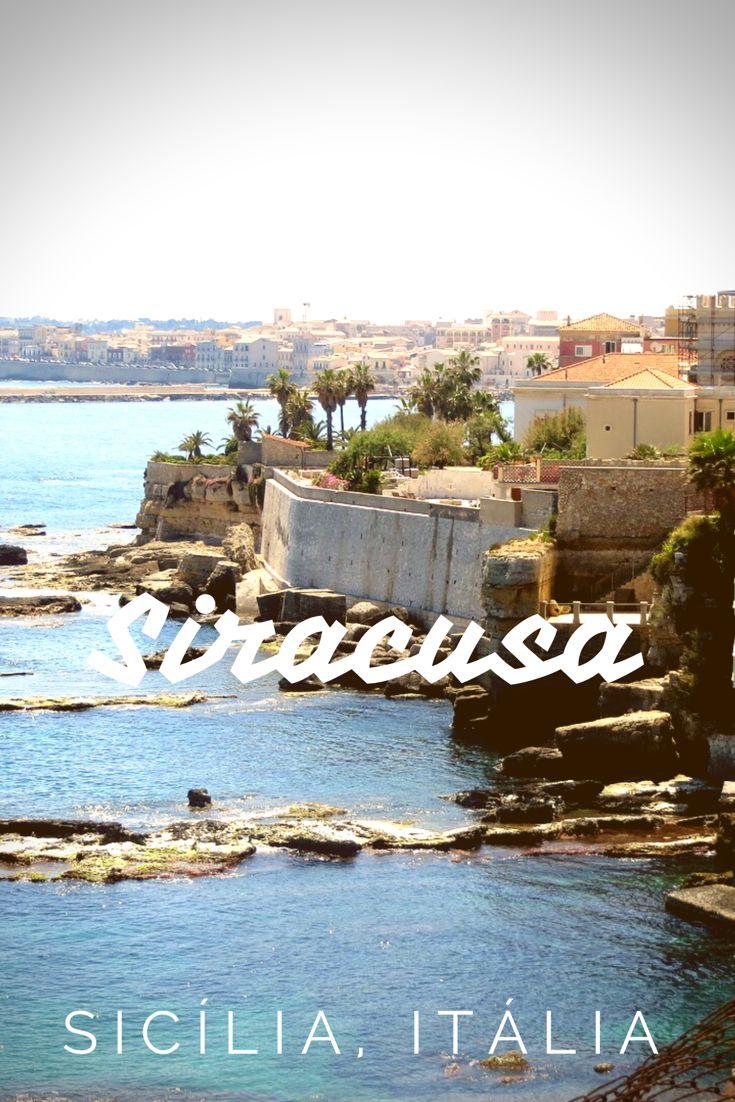 Siracusa é uma cidade riquíssima em história na Sicília, Itália, pois quando foi ocupada pelos gregos, vários acontecimentos importantes aconteceram por lá, principalmente na pequena ilha da cidade, chamada Ortigia. Aliás, quase tudo em Siracusa acontece ali, os hotéis, restaurantes, bares, comércio. A ilha é bem pequena, com um centro histórico super charmoso e um castelo na ponta. Tudo isso com um mar azul e cristalino contornando-a.
