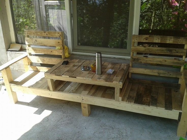 Ooohhhh. This might be our next project. We have the pallet couch out front..now this bad boy for the back