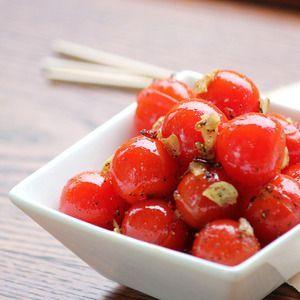 みんなでつまめて簡単一品!と。 お酒を飲む時にはぜひ一品トマト料理!アルコールの吸収を抑えてくれるらしいです♪ひと手間でいくらでも食べれちゃう! トマトは加熱でリコピンが増えるらしいのでアンチエイ...
