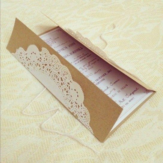 Partecipazione di nozze con cartoncino beige e centrino in carta