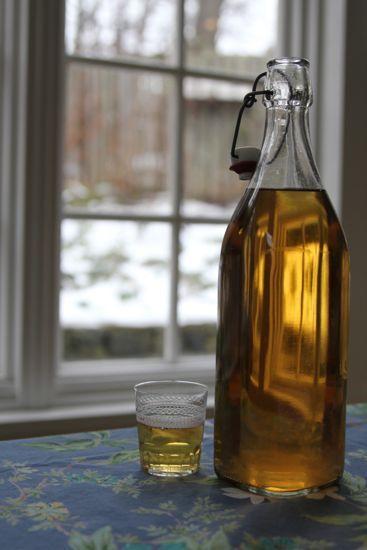"""Vin de pamplemousse -  6 pamplemousses (rouge c'est mieux) - 2 oranges - 4 citrons - 1 gousse de vanille - 3 tasses de sucre - 5 l Vin blanc sec - 1/5 de vodka - Laver le citron - les coupez en rondelles épaisses """". Enlever les pépins - Fendre la gousse de vanille - Mettre les agrumes entre des couches de sucre -  Versez le vin et la vodka sur les fruits - Mélanger et stocker 40 jours - Filtrer - Repos encore 1mois"""