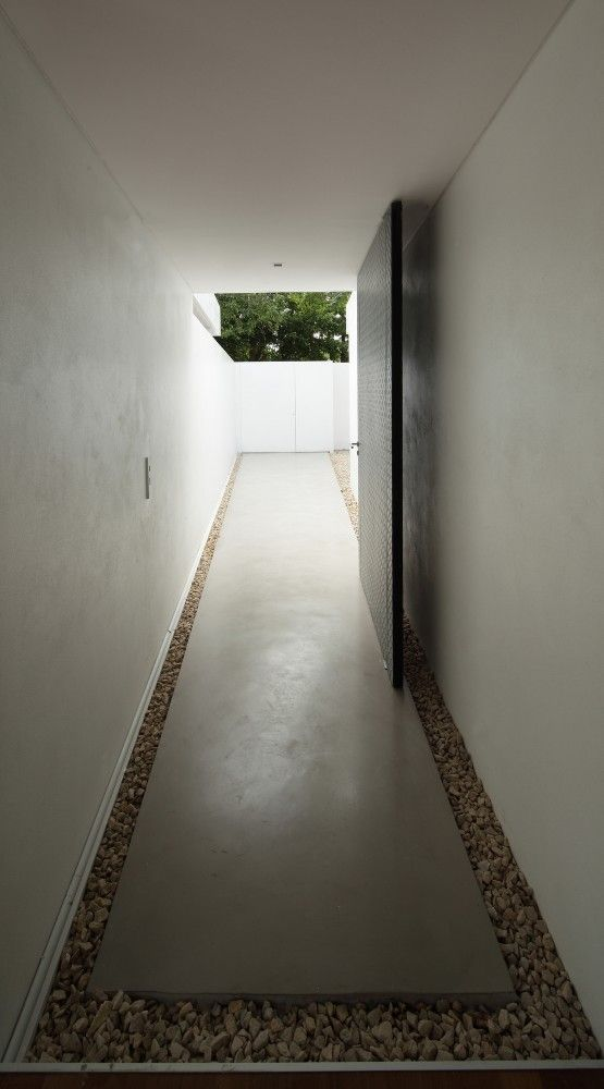 Petite séparation par gravier entre murs et terrasse - Estudio Botteri-Connell . bunker house