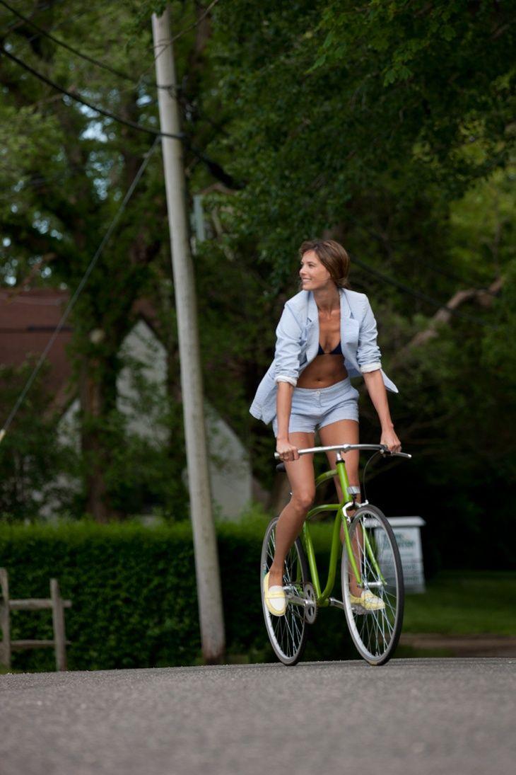 自転車に乗る女。COLE HAAN