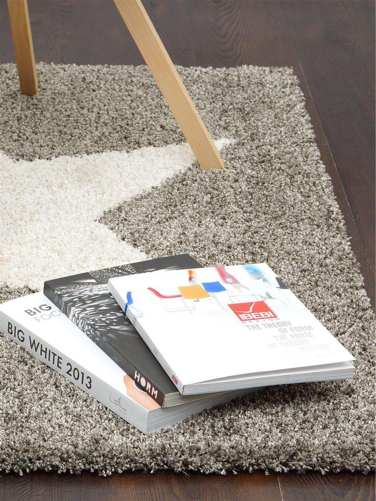 Der Shaggy-Teppich Graphic Star von benuta ist mit seinem großen Stern auf buntem Grund absolut hip, verspielt und ideal für jede moderne Wohnung.