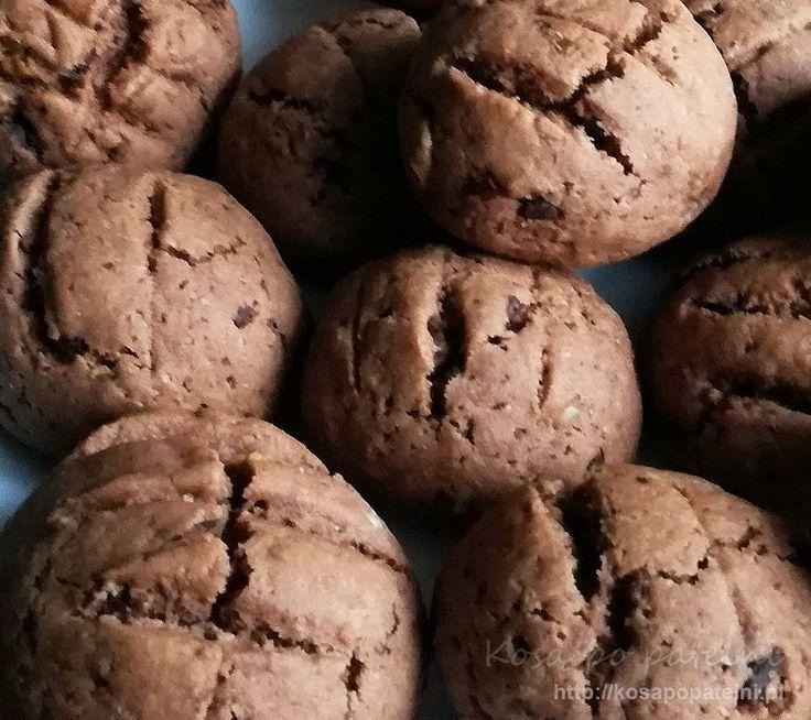 Pyszne ciastka - kartofelki czekoladowe w sam raz na raz lub na dłuższą rozmowę przy kawie, idealnie do niej pasują. Podczas pieczenia rosną i pękają, więc ciasto średnio się nadaje pod jakieś wymyślne kształty i stemplowania. Są delikatne, pachnące czekoladą i trudno się od nich oderwać. Naprawdę polecam