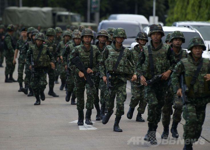 タイの首都バンコク(Bangkok)で、プラユット・チャンオチャ(Prayut Chan-O-Cha)陸軍司令官が政府支持派や反政府派の抗議グループのリーダーらとの協議を終えた後、警備に当たる兵士たち(2014年5月22日撮影)。(c)AFP/PORNCHAI KITTIWONGSAKUL ▼22May2014AFP タイ軍がクーデター、夜間外出禁止令も http://www.afpbb.com/articles/-/3015679 #Bangkok #Coup_detat