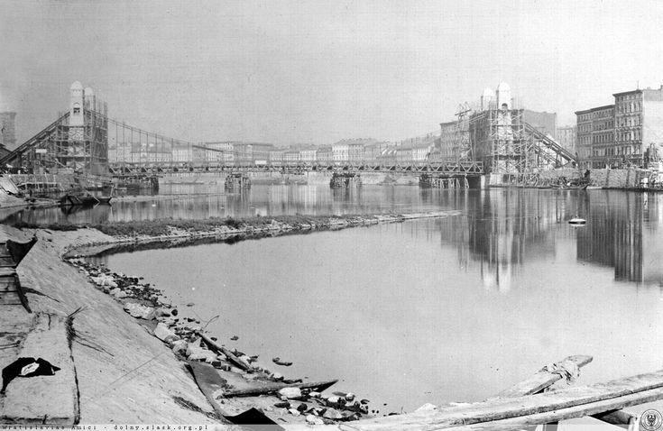 Budowa Kaiserbrücke, (obecnie most Grunwaldzki). Widok od strony Grobli w kierunku Ostrowa Tumskiego. Po lewej widoczny fragment gazowni Rok 1909