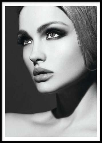 Passion, poster. Svartvit poster med fotokonst. Ett modeporträtt i svartvitt med en modell, perfekt för fashionistans hem. En poster med foto är riktigt snyggt att ha som blickfång i en tavelvägg, blanda fritt efter din personliga inredningsstil.