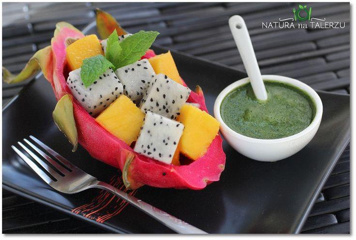 Smoczy owoc z mango w sosie miętowo bazyliowym
