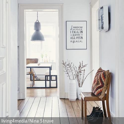 Schriftzüge oder Sprüche an der Wand liegen im Trend und bringen Persönlichkeit in die eigenen vier Wände. Und: Sie fallen direkt ins Auge, wie das Wandbild …