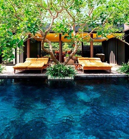 W Retreat & Spa, Bali, Indonésia: cinco andares e 237 quartos e suítes ao redor de uma enorme piscina frente à uma praia de Seminyak, na ilha de Bali, recebem hóspedes no W Retrat & Spa. As acomodações têm ares futuristas e toques de estilo balinês, com madeira e pedra vulcânica Foto: Divulgação