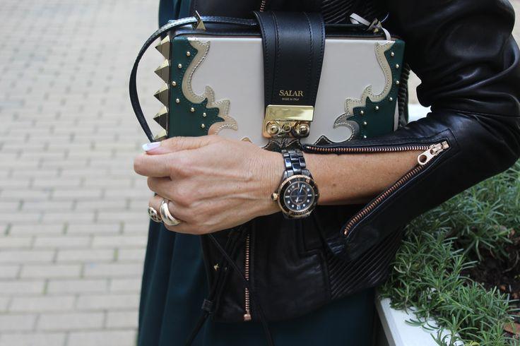 Vestido verde azulado, reloj negro, bolso verde y blanco , chaqueta negra piel .