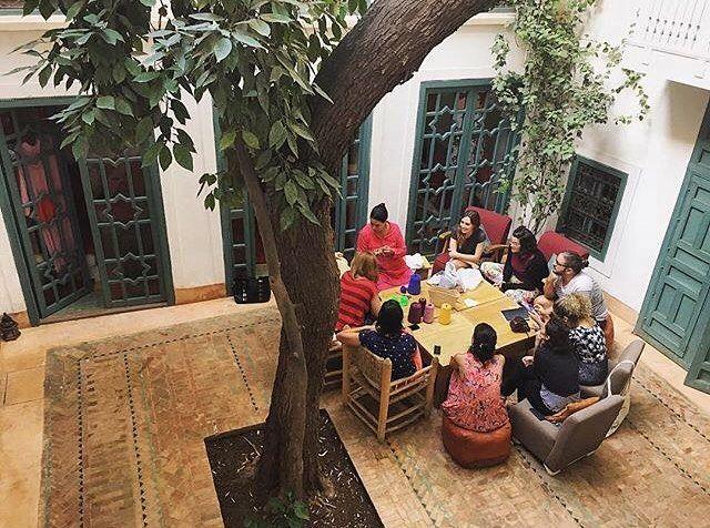 Clase de bordado en el patio del Riad con Khadeja. Una profe paciente y muy amable.   El 24-28 de Mayo volvemos a Marrakech! Toda la info en el link del perfil.   #talleresnomadas #marruecos #marrakech #riad