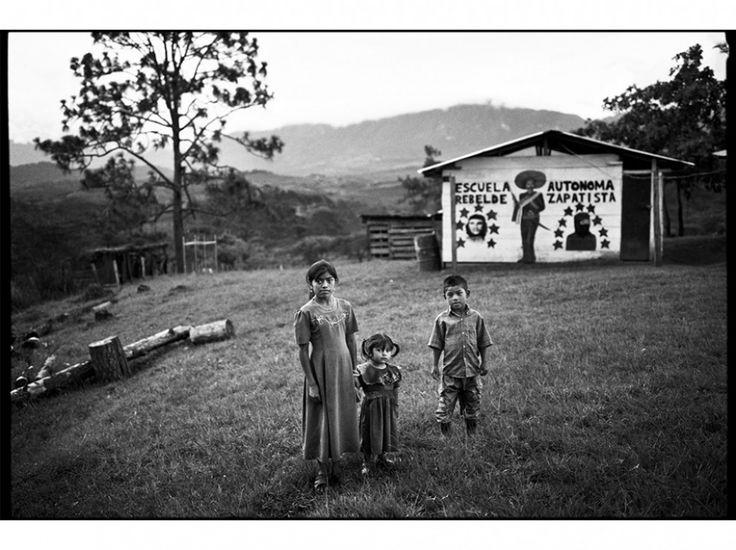 Mat Jacob - Refusant la moindre aide gouvernementale, les zapatistes ont constitué leur propre système éducatif, ainsi qu'un réseau de dispensaires et de cliniques. Dans le village de Carmen Patate, commune autonome de La Garrucha (12 août 2005).