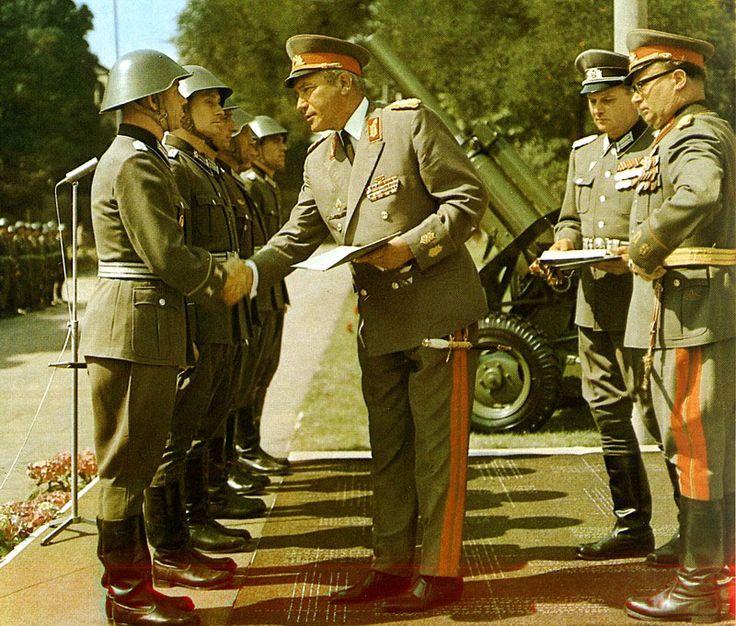 """Der Minister für Nationale Verteidigung, Armeegeneral Heinz Hoffmann, überreicht an Absolventen der Militärakademie """"Friedrich Engels"""" 1977 die Diplomurkundeurkunde."""