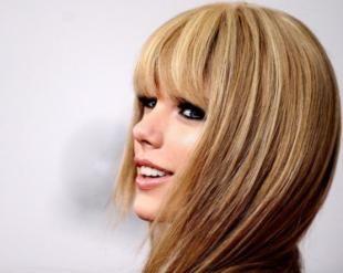 Ίσιωσε τα μαλλιά σου δίχως πιστολάκι! Ένας πολύ απλός τρόπος για να πάψεις να τα ταλαιπωρείς Αν τα φυσικά σου μαλλιά είναι ελαφρώς σπαστά αυτό το tip θα στ