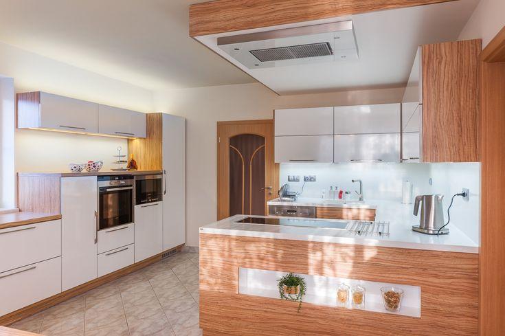 kuchyně Image - lesklé lamino - dřevo a bílá