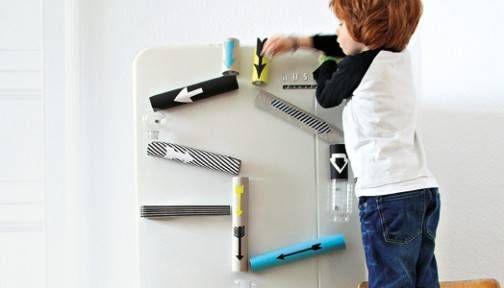 Murmelbahnen müssen nicht immer aus Holz sein und am Boden stehen. Diese gehört an den Kühlschrank.