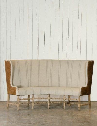 Zitbank met hoge rugleuning - Massief walnoten frame - Lederen afwerking - Details met antieke koperen nagels - Lovely curves - High back settee - #WoonTheater