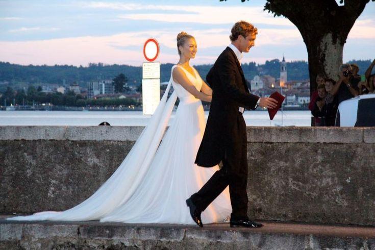 Per il ricevimento ulteriore cambio di vestito sempre Armani Privé in tulle di seta bianco. Sulle spalle due spille di diamanti a forma di ali.