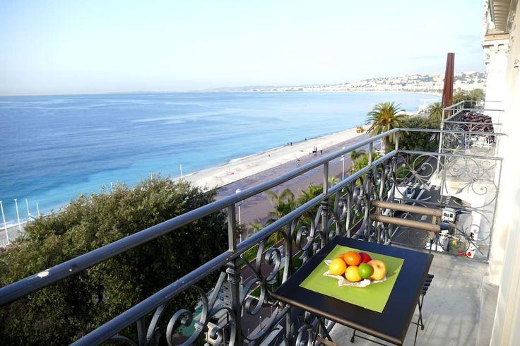 in Nice, FR. Idéalement situé sur la Promenade des Anglais en front de mer, cet appartement de type bourgeois joliment décoré, aux portes de la Vieille Ville Niçoise, offre une vue exceptionnelle sur la Baie des Anges et le Château de Nice.L'appartement est da...