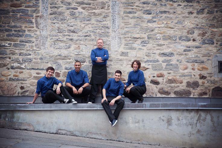Uniformes restaurant - Chef Laurent Godbout et son équipe qui porte fièrement les veste No Limits design uniformes
