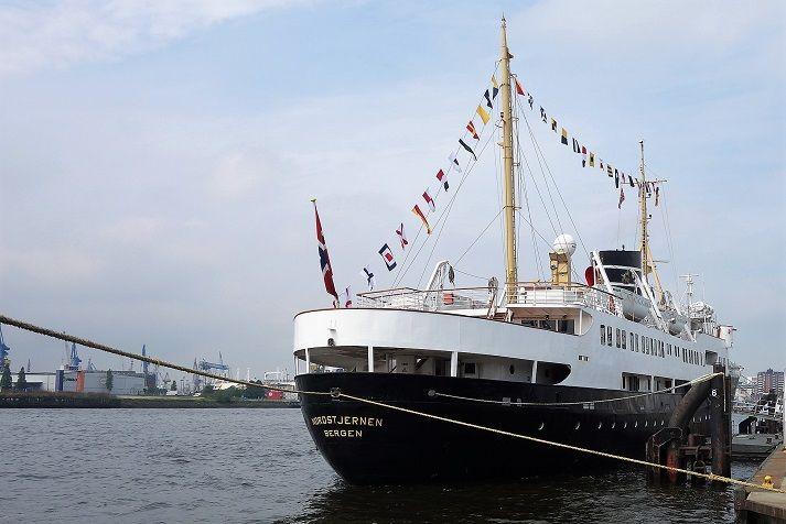 NORDSTJERNEN – norwegisches Traditionsschiff von deutscher Traditionswerft Cruisedeck.de hatte die Gelegenheit, eines der ältesten noch in Fahrt befindlichen Passagierschiffe der Welt in Augenschein zu nehmen:   #Hamburg #Hurtigruten #Nordstjernen #Vestland Classic