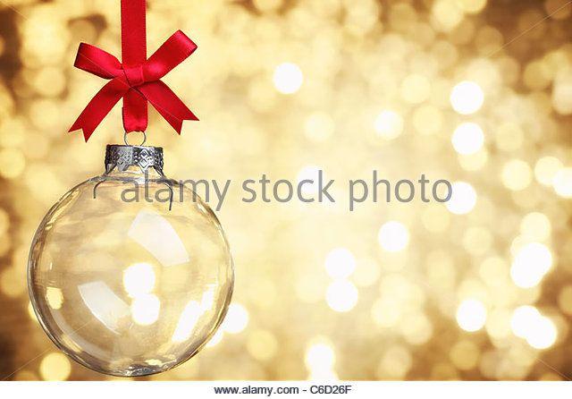 Крупным планом стекла Рождественский бал на абстрактного фона света.  - Ключевые слова
