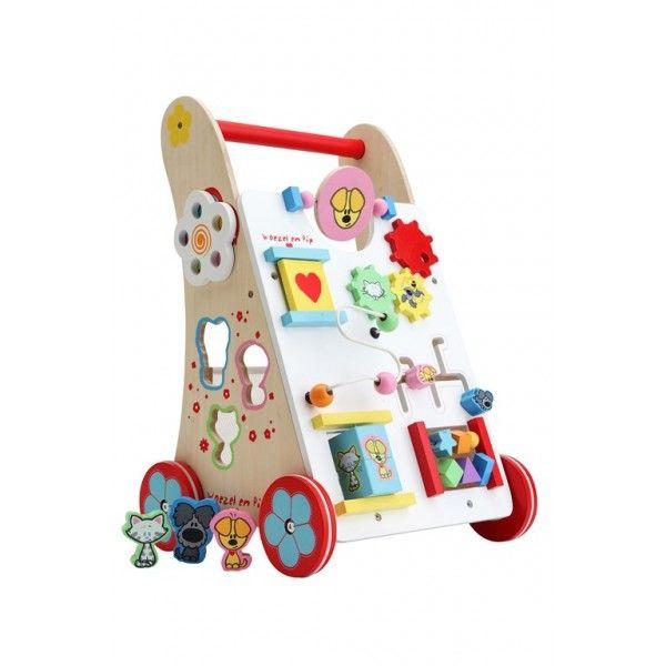 Deze Houten Baby Walker Woezel & Pip (woez9090) is ideaal voor uw kindje. Uw kindje kan zittend voor de babywalker met tal van activiteiten spelen; met verschillende vormpjes en kleuren, klok met wijzers, draaiende delen, deurtje open en dicht, schuifkralen. Dit stimuleert de fijne motoriek. Tevens helpt de babywalker uw kindje lopen. Afmetingen 68,5 x 31 x 52,5cm. Leeftijd 18 mnd.+