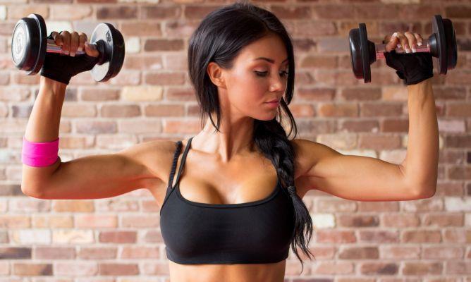 La poitrine peut perdre de la fermeté à cause de différentes causes, comme par exemple la grossesse, la perte de poids, une mauvaise posture ou le passage des années.