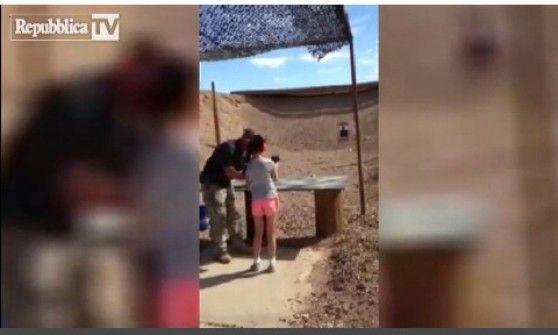 La tragedia è accaduta in Arizona. L'uomo le stava mostrando come usare una mitraglietta