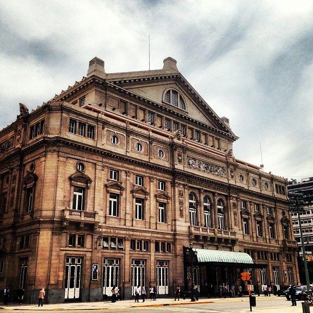 .El Teatro Colón, situado en la ciudad de Buenos Aires, Argentina, es uno de los teatros de ópera más importantes del mundo, por su tamaño, acústica y trayectoria. Es considerado uno de los 5 mejores teatros del mundo