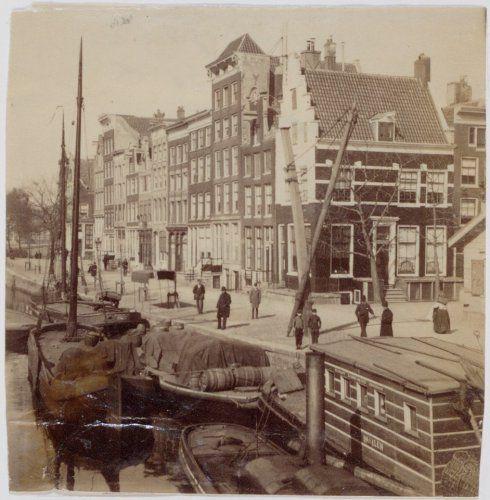 Amsterdam, Brouwersgracht/Herenmarkt. Kaarseladeveer. Tot 1959 was het veer actief, maar was toen wel aangevuld met een vrachtauto.