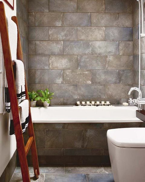 Практически в любом магазине мелочей для дома можно найти аксессуары для подвешивания 1-3 полотенец: крючки, штанги или вешалки. Но когда задумываешься о том, как разместить запасные полотенца или банные (в пределах ванной комнаты), разумеется, в сложенном виде, - выбор уже не кажется столь широким. Если состав семьи превышает двух человек, вопрос хранения полотенец в ванной может реально превратиться в проблему И тогда на помощь приходит фантазия. Некоторые идеи черпаются из журналов…