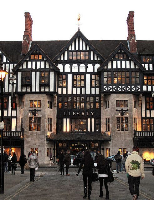 Liberty London (londres): horario de lun-sab de 10am-8pm y los dom de 12m-6pm. Ubicado en Regent Street