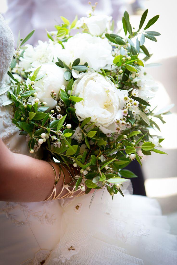 """Bouquet :branche d'olivier, de fleurs """"sauvages"""" de Myrte emblématique du maquis corse et hautement symbolique (surprise du fleuriste), de gypsophile et de grosses pivoines blanches. Pureté et légèreté."""