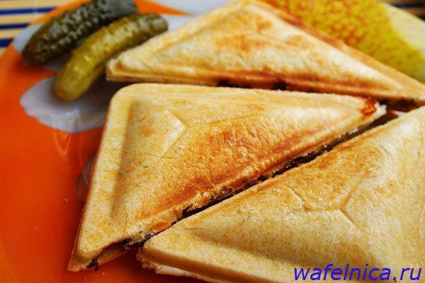 Сэндвичи с курицей и грибами в дрожжевом тесте – удобная закуска быстрого приготовления: ее можно захватить с собой на учебу, на природу, не стыдно угостить неожиданных гостей.